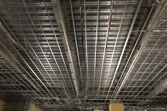 天井施工の様子(軽天工事)